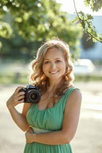 Rīgas fotogrāfe ar kameru